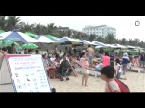 Du khách Nga mặc Bikini tắm giữa đường phố lụt lội tại Đà Nẵng