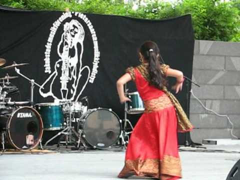 شامي.رقص - Rose, 8 years old girl dancing bollywood dance in city run happening,