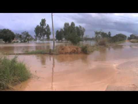 Enchente do Rio Ivaí esta passando pelo estradão de Querência do Norte-pr que vai para Icaraima