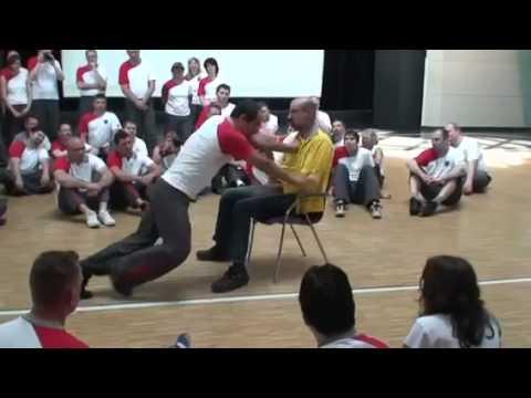 華人詠春拳連外國人都學「還改成這樣」,完全不留情的改良版一出拳就把對手打趴!