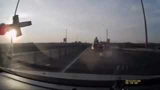 Мотоциклист запрыгнул на крышу авто