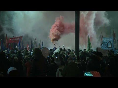Ουγγαρία: Συνεχίζονται οι διαδηλώσεις για τον «νόμο των σκλάβων»…