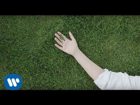 , title : 'Laura Pausini - Simili (Lyric Video)'