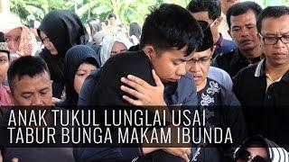 Video Anak Tukul Lunglai Usai Tabur Bunga Makam Ibunda MP3, 3GP, MP4, WEBM, AVI, FLV Januari 2018