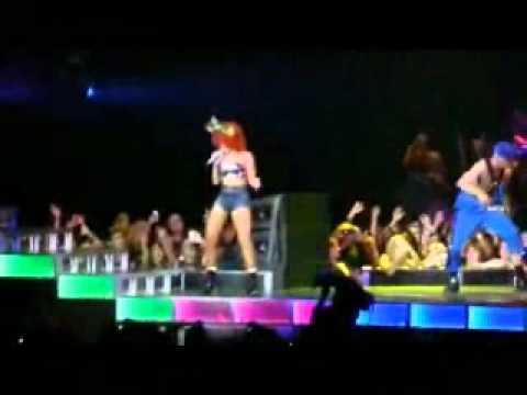 Rihanna caida en concierto