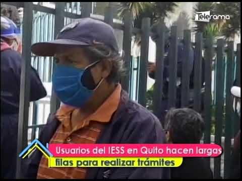 Usuarios del IESS en Quito hacen largas filas para realizar trámites