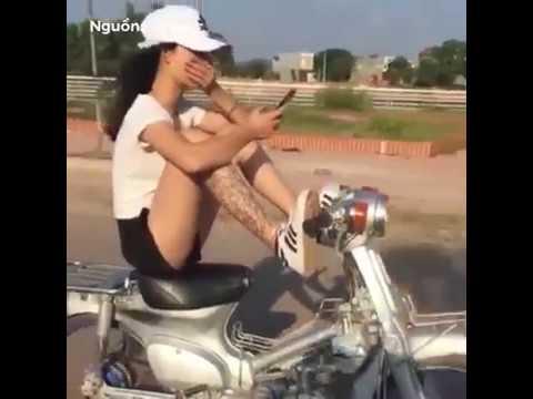 Video: Cô gái thản nhiên vừa nhắn tin, vừa chạy xe bằng chân