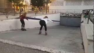 Pięknie się wbiła w garaż! Dwie dziewczyny ćwiczą hamowanie na rolkach :D