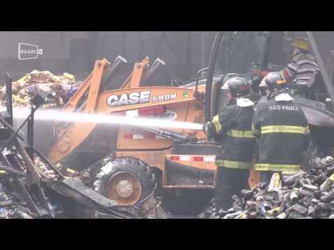 Incêndio destrói fábrica de extintores em Diadema.