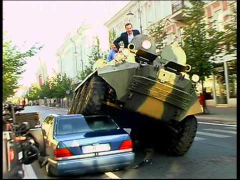 sindaco distrugge con un carro armato le auto in divieto di sosta!
