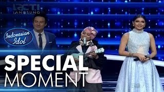 Video Ayu dapat ukulele dari Fans! - Spekta Show Top 6 - Indonesian Idol 2018 MP3, 3GP, MP4, WEBM, AVI, FLV Januari 2019