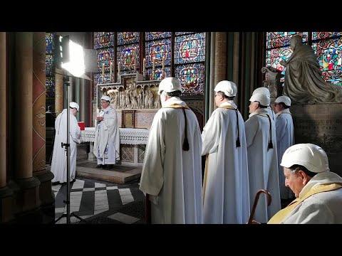 Με κράνη ασφαλείας η πρώτη μετά τη φωτιά λειτουργία στην Παναγία των Παρισίων…
