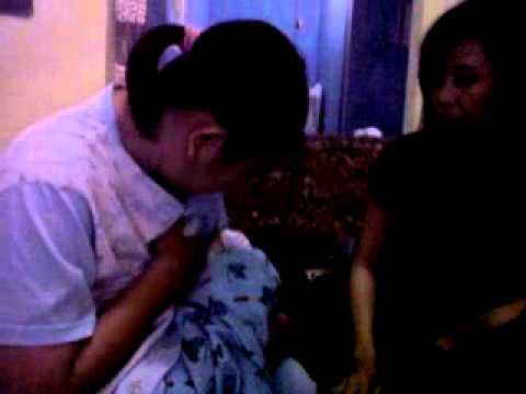 menyusui - seorang ibu yg kesakitan saat menyusui anaknya yg bernama muhammad rizkillah akbar.