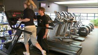Wer sein Training weniger auf Kraft, sondern auf Ausdauer ausrichten möchte, für den ist das Laufband oft erste Anlaufstelle. Doch auch hier gibt es vieles zu beachten, um gezielt und vor allem richtig zu trainieren. Wichtig ist zum Beispiel eine leichte Aufwärmphase, um den Körper auf die bevorstehende Belastung einzustimmen. Nach und nach lässt sich die Geschwindigkeit bis hin zu kurzen Sprints steigern, bei denen der Puls kurzzeitig in die Höhe getrieben wird. Je nachdem, ob als Vorbereitung für einen Marathon oder zur Einstimmung auf ein Krafttraining, lässt sich der Schwierigkeitsgrad individuell anpassen.