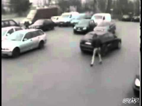 Cô gái bị tuột váy vì kẹp vào cửa xe ôtô