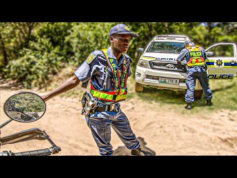 BÚFALO SALVAJE me bloquea el camino | Vuelta al Mundo en Moto | África #112