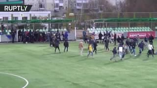 «Торпедо» против «Текстильщика»: футбольные фанаты подрались на поле в перерыве матча ПФЛ