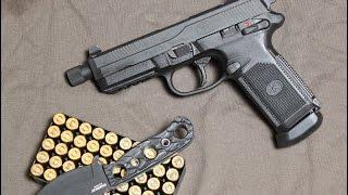 """A 2017. áprilisi Kaliber magazin címlapján volt ez a látványos külsejű .45 ACP hadipisztoly. A fegyver egyike azoknak, melyeket a kudarcba fulladt Joint Combat Pistol tenderre neveztek néhány évvel ezelőtt. A jókora műanyagtokos pisztoly kétsoros tárat kapott, 15-lőszeres kapacitással, aminek dacára kifejezetten kellemes a fogása. Teljesen kétkezes a fegyver, de a biztosító-fesztelenítő kar esetén túl sok a jóból, a kar túl kicsi, túl könnyen lehet akár tüzelés közben bebiztosítani, vagy kibiztosításkor véletlenül lefeszteleníteni, ezeket magam is többször tapasztaltam a tesztlövészet során. Viszont megbízható (még lazán, egy kézzel fogva is) és kifejezetten puha hátrarúgású és akár hangtompítóval és red dottal is felszerelhető """"kommandóspisztollyal"""" volt dolgunk.Folytatjuk!Köszönjük a tesztfegyvert a www.celeritas.hu lőtérnek!"""