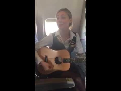 人美聲甜的空姐,飛機上自彈自唱,連原唱都按讚!