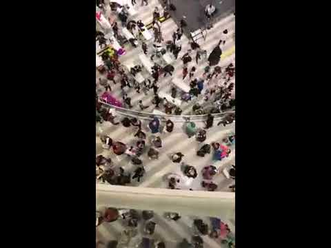 Santa throws 1000 $1 bills from Mall of America balcony
