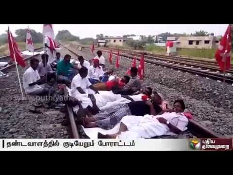 Cauvery-issue-rail-roko-by-farmers-who-occupy-rail-tracks-in-Sirkazhi-Kizhvelur