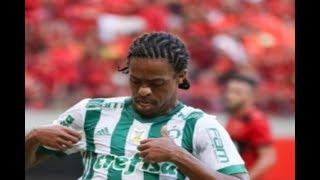 Curtam nossa página: http://www.facebook.com/LeandroSportsVideosPalmeiras supera desfalques, aproveita erros do Sport e vence fora de casaBruno Henrique, com um gol e uma assistência, se destaca em vitória por 2 a 0 sobre o Leão na Arena Pernambuco. Time da casa falha nos dois golsDESTAQUEVERDÃO RESOLVE EM 45 MINUTOSA ausência de seis titulares não fragilizou o Palmeiras, que aproveitou a sucessão de erros do Sport e venceu por 2 a 0 na tarde deste domingo, na Arena Pernambuco. Bruno Henrique e Keno fizeram os gols - ambos no primeiro tempo. Diego Souza, assediado pelo clube paulista ao longo do mês, acertou o travessão em cobrança de falta na etapa final.PRIMEIRO TEMPOO Palmeiras, sem Mina, Tchê Tchê, Guerra, Dudu, Róger Guedes e Willian (além de Borja e Felipe Melo), foi a campo com três volantes, mas logo demonstrou que eles poderiam ajudar na frente. Jean, com dez minutos, já tinha duas conclusões a gol. O Sport, mal no começo da partida, começou a reagir pelo alto: primeiro com Durval, depois com Diego Souza - em cabeceios para fora. E, aí, o Palmeiras resolveu copiar a ideia: aos 33, Egídio bateu escanteio (cedido em bobeira do Sport) para Bruno Henrique, na primeira trave, desviar (sem querer) por cima de Agenor: 1 a 0.O Sport não teve grande poder de reação. Voltou a ameaçar em mais um cabeceio de Diego Souza, novamente para fora. Quando teve a bola, colecionou erros, sobretudo com Everton Felipe, e acabou punido com mais um gol. E mais um gol com participação de Bruno Henrique. O volante desarmou Patrick, avançou com a bola e percebeu a movimentação de Keno. O atacante recebeu às costas da zaga e desviou para o gol: 2 a 0. SEGUNDO TEMPORestava ao Sport buscar reação no segundo tempo. Mas era preciso combinar com o Palmeiras. Bem distribuído defensivamente, o time paulista fez valer sua estrutura defensiva e foi pouco ameaçado. A melhor chance rubro-negra foi a cobrança de falta que Diego Souza mandou no travessão de Jailson aos 14 minutos. Agenor ainda teve