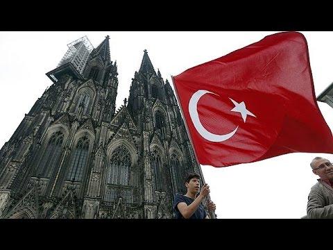 Μέρκελ προς Τούρκους της Γερμανίας: Δείξτε πίστη προς τη χώρα όπου ζείτε τόσα χρόνια