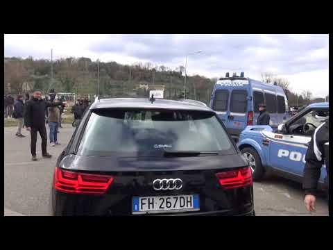 Calcio, Neos annuncia l'imminente cessione dell'Arezzo: tensione allo stadio, conferenza interrotta