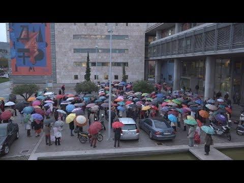 Συγκέντρωση διαμαρτυρίας με χρωματιστές ομπρέλες στο δημαρχείο Θεσσαλονίκης για το μετρό