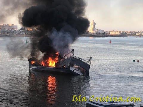 Barcos en llamas en el Puerto de Isla Cristina