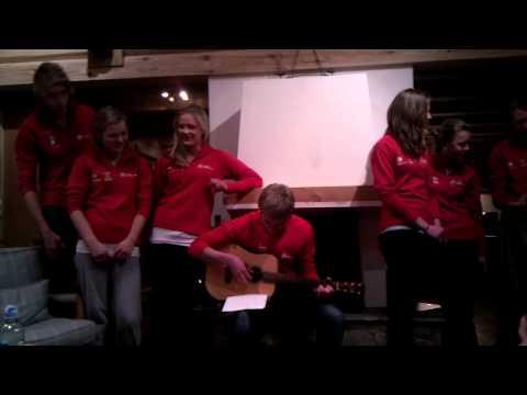 grøfta - Det norske laget i ungdoms-EM i skiorientering lagde sang før langdistansen.