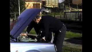 Het wassen van  en sleutelen aan auto's op Eemdijk