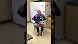 Žena dokáže hrát koledy na svůj vánoční svetr