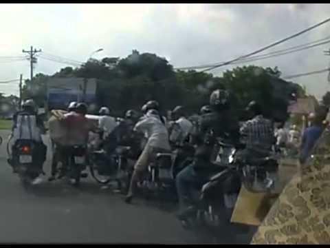 Video đôi nam nữ bị 4 thanh niên dàn cảnh vây cướp giữ phố Sài Gòn