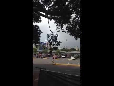 Helicóptero remove policial ferido em tiroteio em supermercado de Goiânia