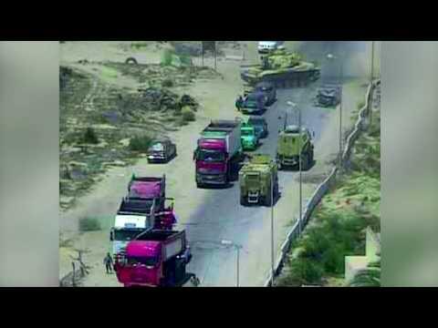 شاهد..دبابة تمر فوق سيارة وتسحقها قبل انفجارها بلحظات