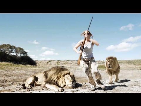 這對男女架好攝影機得意跟「剛殺死的獅子」合影,但當背後的龐大黑影靠近時…一切都太遲了!