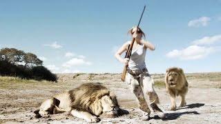 """Dwoje myśliwych pozuje do """"super"""" zdjęcia przy zabitym lwie! Nagle zaczynają uciekać z krzykiem!"""