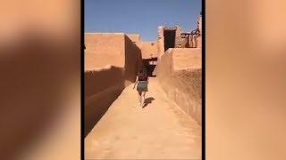 """Polizisten in Saudi-Arabien ermitteln weiter in der """"Minirock-Affäre"""". Das Video einer Frau die im kurzen Rock und Top bekleidet durch eine Gasse lief, hatte für Aufsehen gesorgt - und führte zur Festnahme der Frau."""