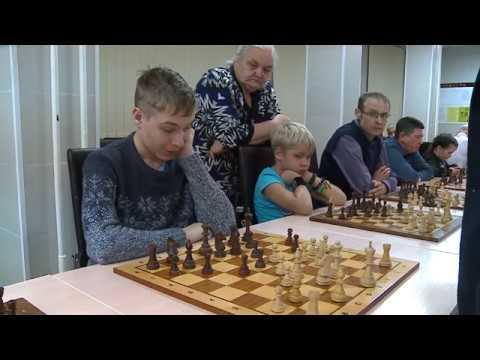 Гроссмейстеры Максим Чигаев и Роман Овечкин дали благотворительный сеанс одновременной игры ради лечения годовалой Юлианы Сырцевой