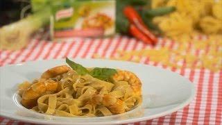 Tempere o camarão com alho em pó, o molho de soja, o vinagre e a malagueta picada.