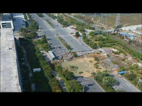 Abgesackte Straße: Tote und Verletzte durch riesige ...