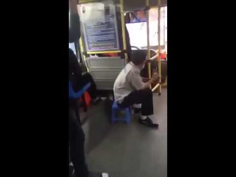 Bà già lên xe bus xong mua vé , phụ xe thấy tiền rách nên trả lại ko nhận.