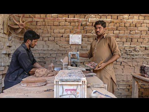 Восстановление автомобильных аккумуляторов в Индии вручную