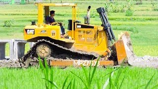 Dozer CAT D6R Compacting Bad RoadRelated Videos :Excavator Accident Kobelco SK200 Fuso Self Loader Truck Heavy Recovery   https://www.youtube.com/watch?v=ICOPK--lg-8Excavator Stuck Kobelco SK200 End of Recovery   https://www.youtube.com/watch?v=kY7hj792ft8Stuck Concrete Mixer Truck Heavy Recovery   https://www.youtube.com/watch?v=LK6PLnzFc98Mini Excavator Stuck Heavy Recovery Komatsu PC75UU  https://www.youtube.com/watch?v=3S9_7v59Bw0Excavator Stuck In Mud Kobelco SK200 Heavy Recovery Extended   https://www.youtube.com/watch?v=xy0NJr6WiyMMini Excavator Heavy Recovery Kobelco SK200   https://www.youtube.com/watch?v=OQuK_zIVmOQExcavator And Dozer Working On Road Costruction Site   https://www.youtube.com/watch?v=y_teBRYkIr8Dump Truck Delivering And Unloading Dirt At Road Construction Site   https://www.youtube.com/watch?v=5NC7iOSlMaAAsphalt Eater Machine Working SAKAI ER501F Cold Milling   https://www.youtube.com/watch?v=X4scDsUywJUDump Truck Stuck Recovery By Komatsu D85E-SS Dozer   https://www.youtube.com/watch?v=uPIPBXwf5GgQuester Self Loader Truck Moving Tire Roller   https://www.youtube.com/watch?v=tP441urn90YLarge Excavator Working On Road Construction   https://www.youtube.com/watch?v=giFm4XtCRVwSelf Loader Truck Unloading Komatsu D85E-SS Bulldozer Working   https://www.youtube.com/watch?v=wfHW7zWqSAkEpic Dump Truck Stuck Off Road Recovery Part 2   https://www.youtube.com/watch?v=RbXXcZx1khEEpic Dump Truck Stuck Off Road Recovery Part 1   https://www.youtube.com/watch?v=VUbycrsciNwEpic Dump Truck Off Road   https://www.youtube.com/watch?v=YmGKGqh5mS0Large Excavator Work CAT 336D LME Swingging Dirt   https://www.youtube.com/watch?v=CW_UgsKmPzsBulldozer CAT D6R Hard Working On Road Construction   https://www.youtube.com/watch?v=EVs8ocV2-AEFB : http://www.facebook.com/MrZygy3Twitter : http://twitter.com/Zygy3Web : http://zygy3.comInstagram : https://www.instagram.com/mrzygy3All About Heavy Equipment Like Digger Excavator Truck and Construction Work Progress.Semua 