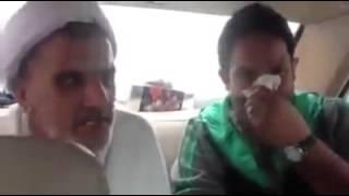 پاک کردن بینی با لباس یک آخوند