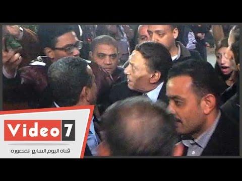 """عادل إمام يعنف شاب حاول التقاط """"سيلفي"""" معه في عزاء نادر جلال"""