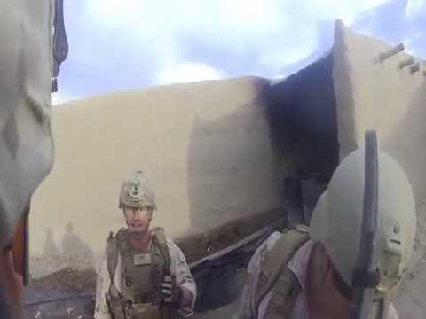 美軍士兵在探查敵軍時突然遭精準地射中頭部,但是…他卻還可以笑著退回軍營?!