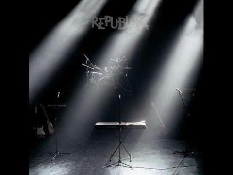 Tekst piosenki Republika - Stojąc w kolejce po polsku