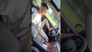 Chłopak pokazuje jak jeździ po Polsce prowadząc auto stopą
